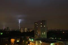 Blitz im nächtlichen Himmel in der Stadt Lizenzfreie Stockbilder