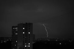 Blitz im nächtlichen Himmel in der Stadt Schwarzweiss Lizenzfreie Stockfotos