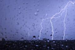 Blitz im nächtlichen Himmel schlägt das Dach des Hauses Lizenzfreie Stockbilder