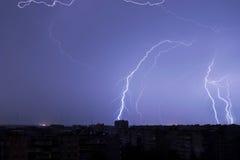 Blitz im nächtlichen Himmel schlägt das Dach des Hauses Lizenzfreie Stockfotografie