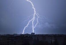 Blitz im nächtlichen Himmel schlägt das Dach des Hauses Stockfoto
