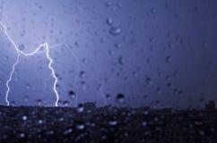 Blitz im nächtlichen Himmel schlägt das Dach des Hauses Stockbilder