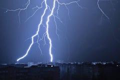Blitz im nächtlichen Himmel schlägt das Dach des Hauses Lizenzfreie Stockfotos