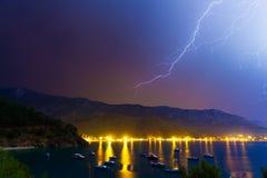Blitz im nächtlichen Himmel unter Adrasan-Bucht Lizenzfreies Stockfoto