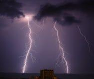 Blitz im Regenhimmel Stockfoto