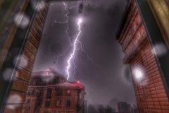 Blitz im Regensturm Stockbild