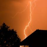 Blitz im roten Himmel Lizenzfreies Stockbild