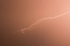 Blitz im roten Hintergrund Stockbilder