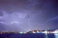 Blitz in Istanbul nachts Stockbilder