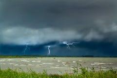 Blitz in Meer Vorhänge auf der Küste Stockbild