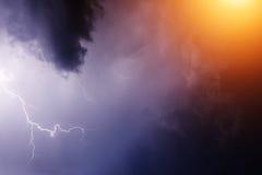Blitz mit drastischen Wolken Lizenzfreie Stockbilder
