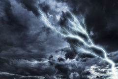 Blitz mit drastischen Wolken Stockbilder