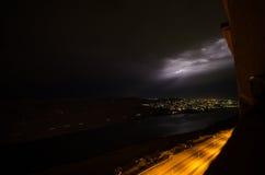 Blitz mit drastischen Wolken Nachtgewitter über dem Berg und dem See in Baku, Aserbaidschan Lizenzfreies Stockbild