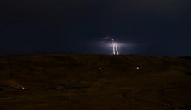 Blitz mit drastischen Wolken Nachtgewitter über dem Berg und dem See in Baku, Aserbaidschan Stockfoto