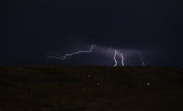 Blitz mit drastischen Wolken Nachtgewitter über dem Berg und dem See in Baku, Aserbaidschan Lizenzfreie Stockfotografie