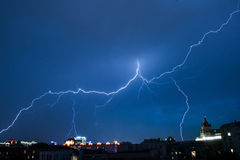 Blitz in Moskau-Stadt im blauen Himmel Lizenzfreies Stockbild