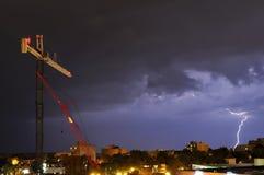 Blitz nahe einer Baustelle in der Stadt Stockfotos