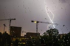Blitz, Regentropfen und Bau Stockfoto