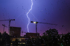 Blitz, Regentropfen und Bau Lizenzfreie Stockbilder