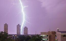Blitz schlägt das Haus in Bangkok, Thailand Lizenzfreie Stockbilder