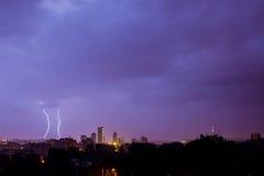 Blitz schlägt die Stadt Stockfotos