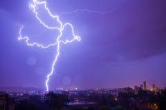 Blitz schlägt die Stadt Stockbild