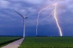 Blitz schlägt Windturbinen Stockbild
