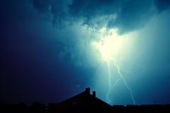 Blitz schlug das Haus Stockfoto