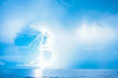 Blitz- und Blitzschlag um Mitternacht Lizenzfreie Stockbilder