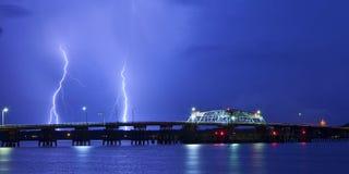 Blitz und Brücke Stockbild