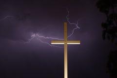 Blitz und das Kreuz Stockfotografie