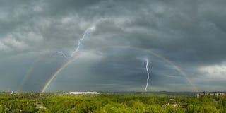 Blitz und ein Regenbogen Stockfotos