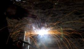 Blitz und Funken vom elektrischen Schweißen Stockfoto