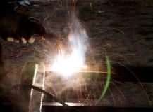 Blitz und Funken vom elektrischen Schweißen Stockfotografie