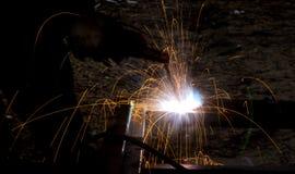 Blitz und Funken vom elektrischen Schweißen Lizenzfreies Stockfoto