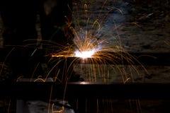 Blitz und Funken vom elektrischen Schweißen Stockfotos