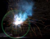 Blitz und Funken vom elektrischen Schweißen Stockbilder
