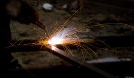 Blitz und Funken vom elektrischen Schweißen Lizenzfreie Stockbilder
