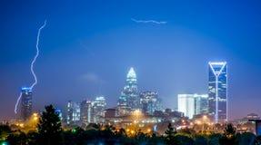 Blitz und Gewitter über Stadt von Charlotte Nord-Carolina Lizenzfreie Stockfotografie