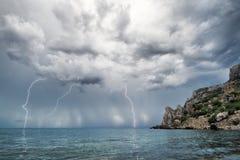 Blitz und Gewitter über Meer Stockfotos
