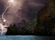 Blitz und Sturmwolken nähern sich dem Karadag Stockbild