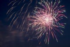 Blitz von Feuerwerken im bewölkten Himmel Lizenzfreie Stockbilder