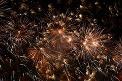 Blitz von Feuerwerken im nächtlichen Himmel Lizenzfreies Stockbild