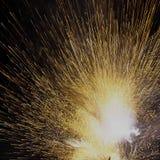 Blitz von Funken von einem explodierenden Feuerwerk Lizenzfreies Stockfoto