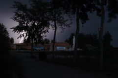 Blitz vor einer Statue Stockfoto