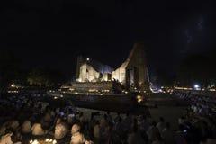 Blitz während der zeremoniellen Aufklärungsabfahrt des Buddhas an Visakha-Tag, am 1. Juni 2015 Stockfotografie