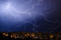 Blitz während des Gewitters im Stadtgebiet nachts Lizenzfreies Stockfoto