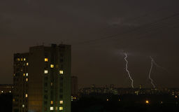 Blitz zwei im Abendhimmel Lizenzfreie Stockfotos