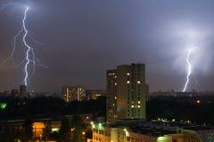 Blitz zwei im nächtlichen Himmel in der Stadt Lizenzfreies Stockbild