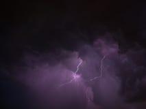 Blitz zwei und violette Himmel während des Gewitters Stockbilder